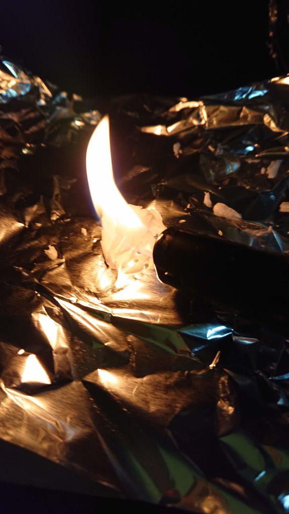 固体のロウが燃やされている