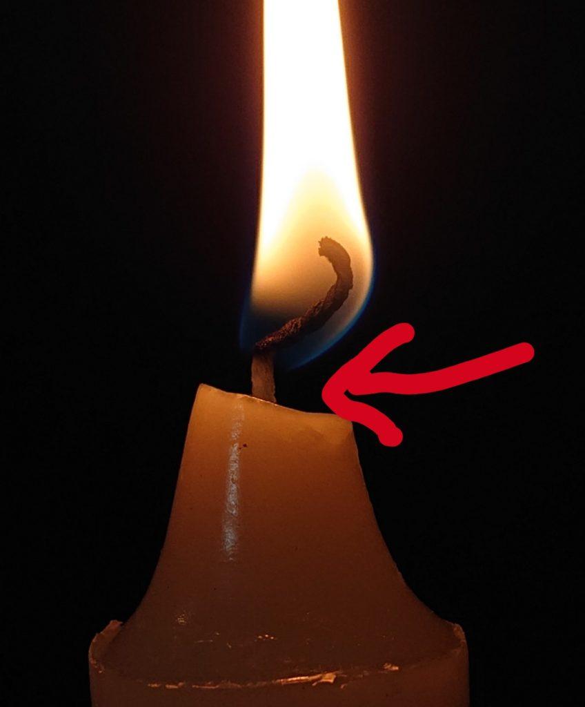 火のついたロウソクの根本