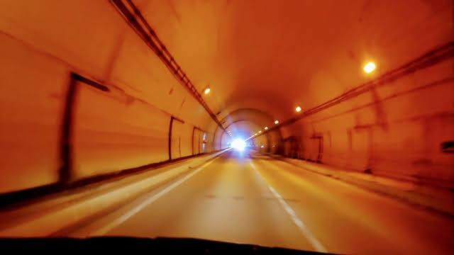 ナトリウムランプのトンネル