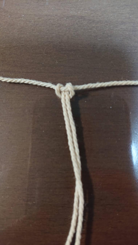 マクラメ糸を引っ張る