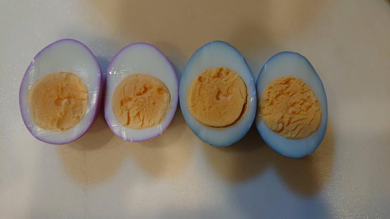 紫キャベツの卵を切ってみた