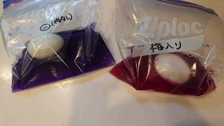 紫キャベツ液に卵を入れた